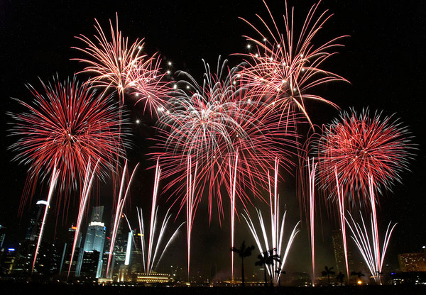 Fireworks in Singapore by-sehsuan-at-english-wikipedia.